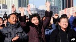 북한이 대륙간탄도미사일(ICBM)인 '화성-15형' 을 발사한 29일 평양 기차역에 설치된 대형스크린을 통해 소식을 접한 북한 주민들이 환호하고 있다.