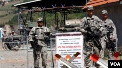 Pasukan Amerika di bawah koordinasi NATO melakukan penjagaan di lintas perbatasan antara Kosovo dan Serbia (14/9).