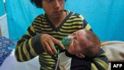 ماسک اکسیژن بر صورت کودک سوری پس از دریافت گزارش های وقوع یک حمله شیمیایی.