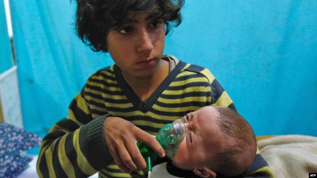 Một em bé Syria được trợ thở oxy tại một bệnh viện dã chiến sau một cuộc tấn công được nói là bằng khí clo tại thị trấn Douma ở đông khu vực Ghouta, ngoại ô thủ đô Damascus, bị phe nổi dậy bao vây (ảnh tư liệu 22/1/2018).