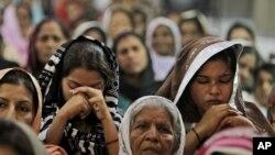 巴基斯坦民眾為受塔利班槍傷的女孩尤薩芙扎伊祈禱