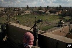 ABŞ-ın dəstəklədiyi Suriya Demokratik Qüvvələrinin döyüşçüsü