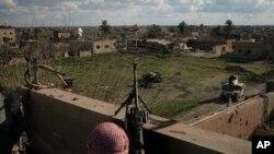 ABŞ-ın dəstəklədiyi Suriya Demokratik Qüvvələrinin döyüşçüləri İŞİD-in son istehkamı olan Bağuz kəndi ətrafında mövqe tutub,18 fevral, 2019.