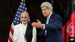 Menlu AS John Kerry bertemu dengan kandidat presiden Afghanistan Ashraf Ghani Ahmadzai di Kedutaan Besar AS di Kabul, 11/7/2014.