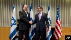 Bộ trưởng Quốc phòng Mỹ Ashton Carter gặp Bộ trưởng Quốc phòng Israel Moshe Ya'alon ở Tel Aviv hôm 20/7/2015.
