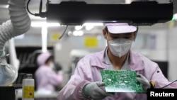一名女工在中国武汉的一家格力工厂的生产线上。(2021年8月16日)