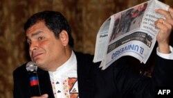 Tổng thống Ecuador Rafael Correa cầm tờ báo El Universo của phe đối lập trong một cuộc họp báo ở thủ đô Quito, Ecuador