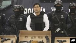 墨西哥联邦警察押解一名大毒枭见媒体(资料照片)