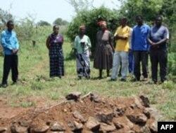 Bà Thuli Makama đến viếng mộ của 1 dân làng bị giết bởi một nhân viên bảo vệ khu bảo tồn