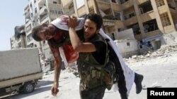 叙利亚自由军战士在战火中肩扛战友遗体