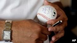 La estrella cubana Rey Ordoñez, ex jugador de los Mets de Chicago, visitó Cuba, luego de haber desertado de la isla hace 20 años, para jugar en EE.UU.