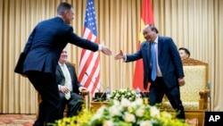 Đại sứ Mỹ tại Việt Nam Daniel Kritenbrink, trái, bắt tay với Thủ tướng Việt Nam Nguyễn Xuân Phúc trong cuộc gặp với Ngoại trưởng Mỹ Pompeo tháng Bảy năm ngoái.
