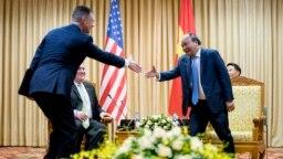 Đại sứ Mỹ Daniel Kritenbrink bắt tay Thủ tướng Nguyễn Xuân Phúc trong chuyến thăm của Ngoại trưởng Hoa Kỳ Mike Pompeo tới Việt Nam tháng Bảy năm 2018.