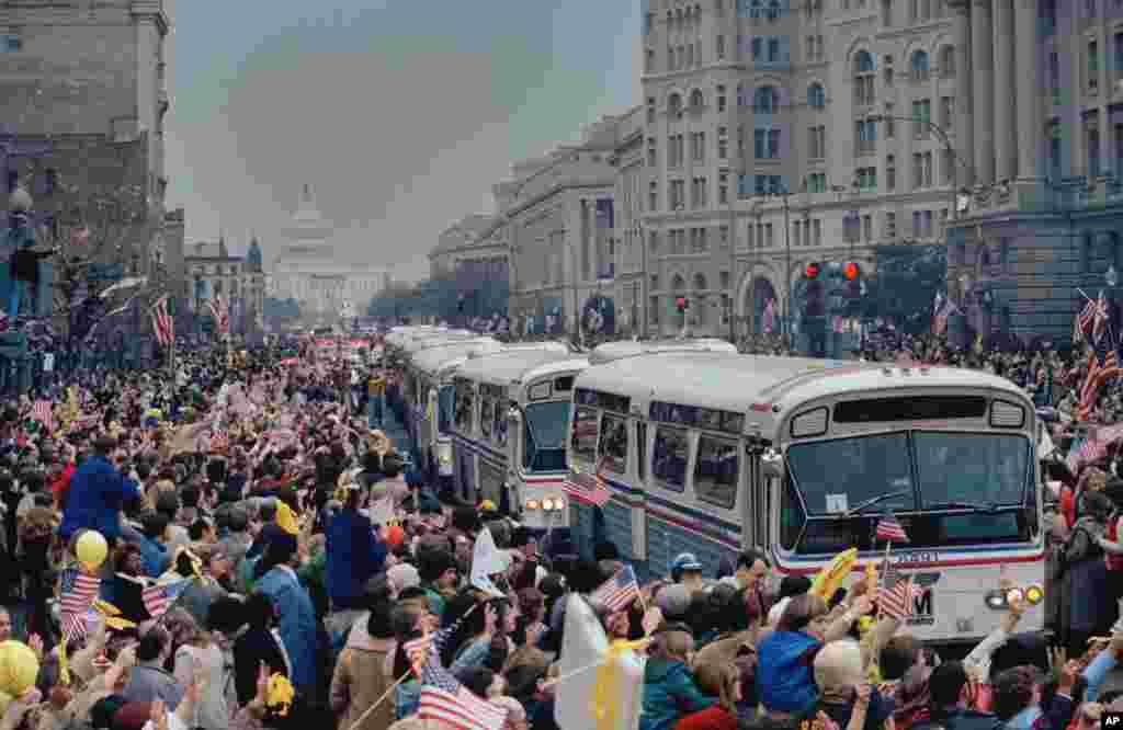 امروز در تاریخ: سال ۱۹۸۱ – رژه، جشن و خوش آمد مردم آمریکایی در واشنگتن به مناسبت آزادی و بازگشت ۵۲ آمریکاییکه در ایران گروگان بودند.