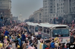 تصویری از ورود اتوبوس گروگانها به پایتخت آمریکا بعد از آزادی از ایران.