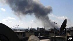 Khói bốc lên sau các vụ pháo kích ở thành phố Aleppo, ngày 12/2/2013.