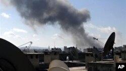 ຄວັນພຸ້ງຂຶ້ນຈາກການລະດົມຍິງໂຈມຕີຢ່າງໜັກ ໃນແຂວງ Aleppo ຂອງຊີເຣຍໃນວັນອັງຄານ 12 ກຸມພາ 2013 ຊຶ່ງເປັນວັນດຽວກັນ ທີ່ ພວກກະບົດໄດ້ເຂົ້າຄວບຄຸມຖານທັບອາກາດ al-Jarrah ທີ່ຕັ້ງຢູ່ໃນແຂວງດັ່ງກ່າວ.