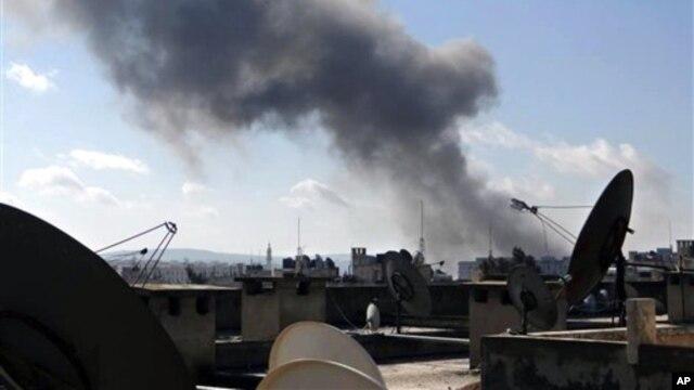 Asap hitam menyelimuti kota Aleppo, Suriah (12/2). Pemberontak Suraih dikabarkan telah merebut pangkalan udara militer al-Jarrah di propinsi ini. (AP Photo/Aleppo Media Center AMC)