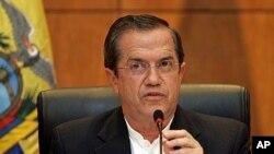 지난 24일 리카르도 파티노 에콰도르 외무장관이 에드워드 스노든의 망명 여부와 관련한 기자들의 질문에 답변하고 있다.