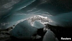Una cueva en el glaciar de Pastoruri en Perú, donde el 22% del hielo glacial original ha desaparecido en los últimos 30 años.