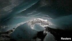 ပီ႐ူးႏုိင္ငံ၊ ဝါရ(Huaraz) ေဒသတြင္းကglacier ေရခဲျပင္အစြန္းရွိ ေရခဲဂူ။ (စက္တင္ဘာ ၁၉၊ ၂၀၁၃)