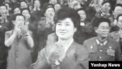 일본 마이니치신문은 지난해 6월 베이징발 기사에서 고영희(2004년 6월 사망)가 아들인 김정은 국방위원회 제1위원장, 남편인 김정일 국방위원장 등과 활동하는 모습을 담은 내부 영상 자료를 입수했다며 사진과 함께 보도했다.