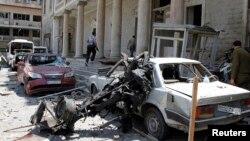 Nhân viên an ninh Syria phía trước của tòa nhà từng là trụ sở của Bộ Nội vụ sau một vụ nổ tại Quảng trường Marjeh ở Damascus, ngày 30/4/2013.