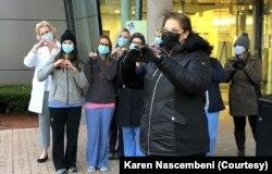 Karen Nasembeni sağalandan sonra tibb işçilərinə təşəkkürünü bildirmək üçün Lahey Hospitalını ziyarət edib.
