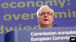 Olli Rehn addressing media at the European Commission headquarters in Brussels, Feb. 22, 2013.