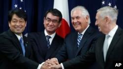 Từ trái sang, Bộ trưởng Quốc phòng Nhật Bản Itsunori Onodera, Ngoại Trưởng Nhật Taro Kono, Ngoại Trưởng Mỹ Rex Tillerson, Bộ trưởng Quốc Phòng James Mattis tại một cuộc họp ở Washington ngày 17/8/2017.