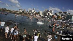 Seguidores da religião afro-brasileira Umbanda prestam tributo a Yemanja, a deusa do mar, em Salvador da Bahia.