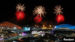 Kembang api terlihat menghiasi angkasa Taman Olimpade, saat persiapan upacara pembukaan Olimpiade Musim Dingin di distrik Adler, Sochi (4/2).