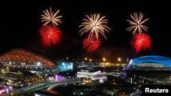 焰火映照索契奥运会主会场。