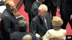 前歐盟競爭事務專員蒙蒂(右二)在意大利參議院內接受議員的祝賀﹐他將會領導新政府應對金融危機。