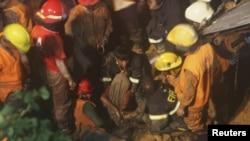 Nhân viên cứu hỏa Bangladesh tìm được thi thể của một phụ nữ mất tích trong vụ lở đất ở Chittagong, ngày 26/6/2012