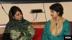 کشمیری اداکارہ صوبائی وزیراعلیٰ محبوبہ مفتی کے ہمراہ۔ 14 جنوری 2017