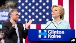 Mgombea urais Marekani wa Democratic, Hillary Clinton akiwa na mgombea mwenza, Seneta Tim Kaine.