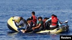 Para migran di perahu karet kecil meninggalkan Bodrum, Turki, berharap bisa menyeberangi Laut Tengah untuk tiba di pulau Yunani, Kos.