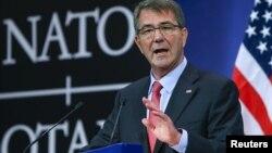Bộ trưởng Quốc phòng Mỹ Ash Carter phát biểu tại buổi họp báo trong cuộc họp Bộ trưởng Quốc phòng NATO tại trụ sở của Liên minh tại Brussels, ngày 11 tháng 2 năm 2016.