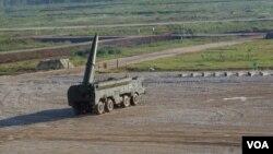 """""""伊斯康德爾""""式戰術導彈在莫斯科郊外的一次武器展中表演。(美國之音白樺攝)"""