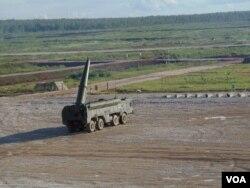 """""""伊斯康德尔""""式战术导弹在莫斯科郊外的一次武器展中表演。"""