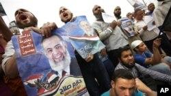 Des partisans de l'imam Hazem Abou Ismail protestent contre le rejet de sa candidature à la présidence, 18 avril 2012.