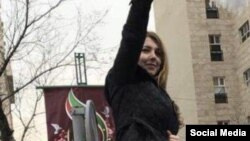 عکسی از شاپرک شجری زاده در حال اعتراض به حجاب در تهران