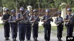 Binh sĩ Miến Ðiện canh gác tại Rangoon