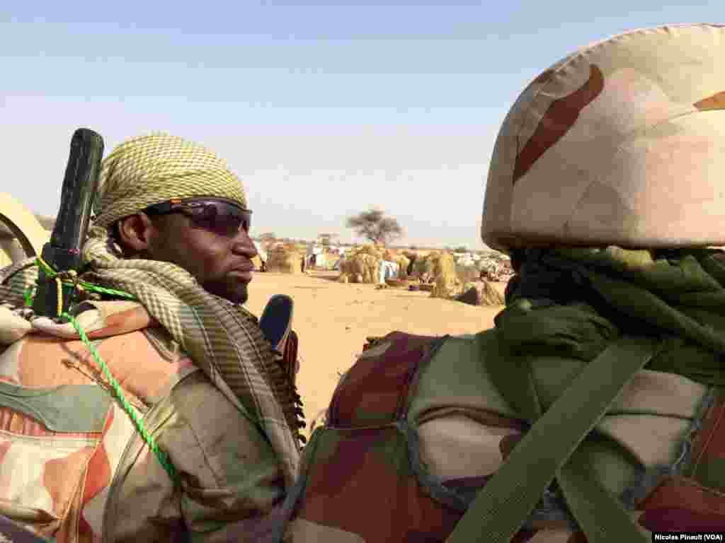 Patrouille de l'armée nigérienne dans le camp d'Assaga près de Diffa, au Niger, le 29 février 2016. (VOA/Nicolas Pinault)