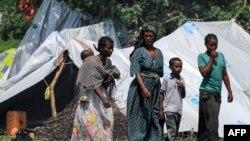 Perempuan dan anak-anak di sebuah kamp pengungsi Ethiopia dari kelompok etnis Qemant di desa Basinga, distrik Basunda, wilayah Gedaref timur Sudan, 10 Agustus 2021. (Foto: ASHRAF SHAZLY / AFP)