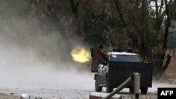 Misrata'nın batısında Kaddafi güçlerine makineli tüfekle karşılık veren isyancılar
