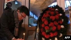 Dân chúng Nga thắp nến cầu nguyện tại nhà ga Moskovsky ở St Petersburg để tưởng niệm các nạn nhân của vụ đánh bom tự sát tại sân bay Domodedovo ở Moscow, ngày 25/1/2011
