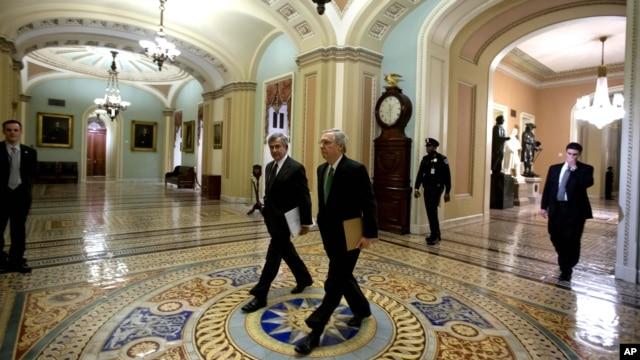 Thượng nghị sĩ Mitch McConnell (phải) và Thượng nghị sĩ Mike Mohanns đến trụ sở thượng viện 1/1/13 để biểu quyết