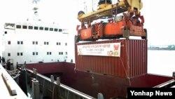 지난 18일 한국 인천항에서 국제구호단체인 JTS가 북한에 보내는 밀가루 500t이 배에 실리고 있다. 밀가루는 단둥을 거쳐 북한에 전달될 예정이다.